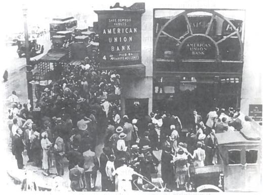 Indėlininkų panika prie banko. Iki 1932 m. JAV bankrutavo daugiau nei 1500 bankų