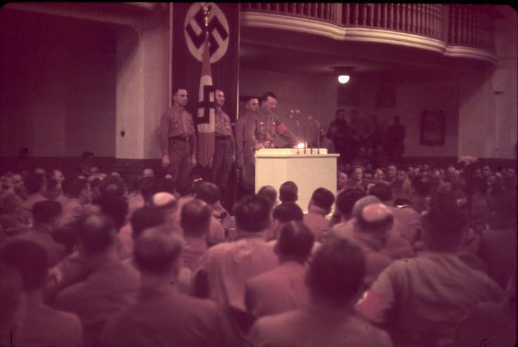 """Fiureris """"trenkia"""" kalba. """"Aš žinau, kad kiekvienas didis sąjūdis šioje žemėje kilo didžiųjų oratorių dėka"""" A. Hitleris. """"Mano kova"""""""