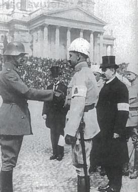 Generolas Manerheimas (centre) sveikina vokiečių armijos karininką