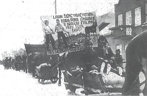 1940-1941 m. žiema. Vežamos grūdų prievolės. Sovietų valdžia gurguoles versdavo papuošti įvairiais plakatais ir šūkiais, kuriais buvo pritariama valdžios ir Stalino politikai