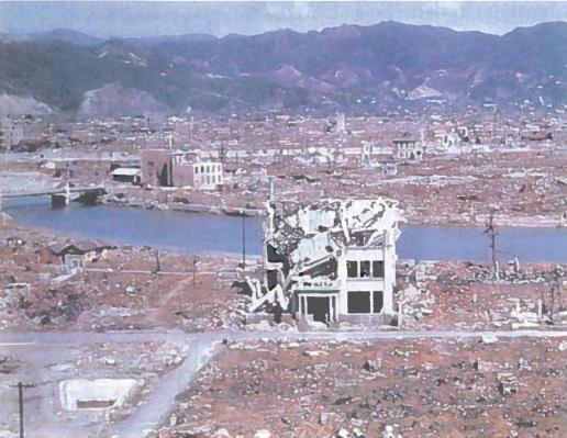 """1945 m. rugpjūčio 6 d. 500 m aukštyje virš Japonijos Hirosimos miesto sprogo parašiutu nuleista atominė bomba. Akimirksniu su Hirosima nutrūko bet koks ryšys. 12 kvadratinių kilometrų plote sugriuvo visi pastatai. Neliko net gatvių žymių. Nuo karščio tirpo čerpės. Visas miestas degė. Jį uždengė didžiulis dūmų debesis. Į viršų pakilo milžiniškas baltų dūmų stulpas. Toliau nuo sprogimo epicentro užsidegė žmonių drabužiai, anglėjo stulpai. Daugybė žmonių apako. Sprogimo banga griovė pastatus, vertė medžius. Vienas iš lakūnų vėliau sakė: """"Mes matėme baisiausia, ką gali pamatyti žmogus""""."""