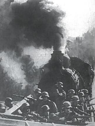 Dėl partizanų veiksmų Vokietijos karinė vadovybė užnugaryje turėjo laikyti dideles karines pajėgas. Jos kovojo prieš partizanus, saugojo geležinkelius ir tiltus. Nuotraukoje - traukinio apsauga