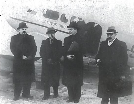 Lietuvos delegacija vyksta į Maskvą deryboms. 1939 m. spalio 7 d. Iš dešinės: pirmas - ministro pirmininko pavaduotojas K. Bizauskas, antras - užsienio reikalų ministras J. Urbšys, trečias - kariuomenės vadas generolas S. Raštikis