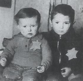 Abraomas (5 m.) ir Emanuelis (2 m.) Rozentaliai Kauno gete. 1944 m. vasaris. Kovo mėn. kartu su tėvu ir senele jie buvo nusiųsti į Maidaneką ir nužudyti
