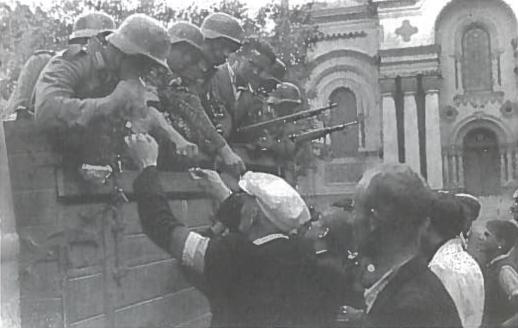 Lietuviai Laisvės alėjoje bendrauja su Vermachto kariais
