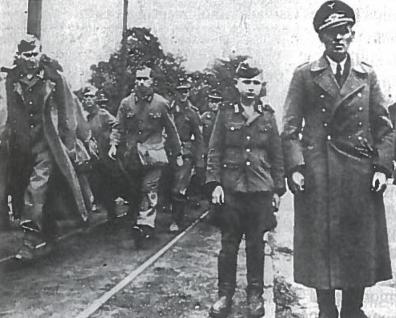 Vokietijai pralaimint į kariuomenę buvo pašaukti vaikai ir senukai. Šis 10-ies metų berniukas pateko į sąjungininkų nelaisvę Nyderlanduose. Tūkstančiai tokių kaip jis beprasmiškai žuvo