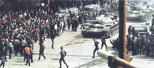 'Prahos pavasario' pabaiga. Į Čekoslovakiją įsiveržusių Varšuvos sutarties armijų kareiviai Prahos gatvėse.