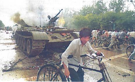 Kinijos liaudies išsivadavimo armija išvaiko demonstraciją Pekine, Tianjanmenio aikštėje. 1989 m. birželio 4 d.