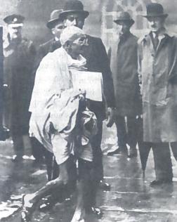 Gandis Londone 1931 m. M. K. Gandis (1869-1948) kilęs iš labai turtingos šeimos, gavo gerą išsilavinimą Didžiojoje Britanijoje. Jausdamas paprastų Indijos žmonių nuotaikas, jis sugebėjo juos patraukti į savo pusę. Kovos su kolonizatoriais priemone Gandis laikė neprievartinius veiksmus: nebendradarbiavimą su anglų valdžia, pilietini nepaklus-numą. Gyventojai buvo raginami nedirbti anglų valdžios įstaigose, nedalyvauti rinkimuose, nemokėti mokesčių. Žmonės raginimus išgirdo, bet neprievartiniais veiksmais tikslo - Indijos nepriklausomybės - tada nepasiekė