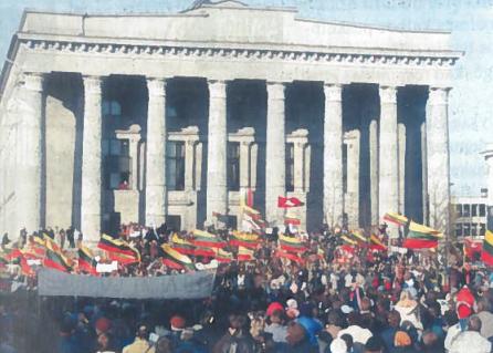 Demonstracija, palaikanti AT sprendimus, prie Aukščiausiosios Tarybos ir Mažvydo bibliotekos 1990 m. kovo mėn.