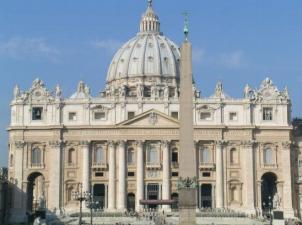 21. Kuriuos du architektūros stilius atspindi Šventojo Petro bazilika Vatikane