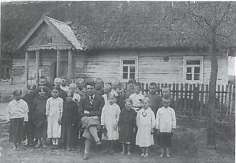 Kriūklių pradžios mokyklos mokiniai ir mokytojas 1930 m.