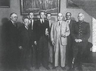 1940 06 17 sudaryta Liaudies vyriausybė. Iš kairės: antras V. Krėvė-Mickevičius, ketvirtas - J. Paleckis, šeštas -E. Galvanauskas, aštuntas — V. Vitkauskas