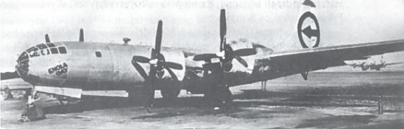 """Amerikiečių keturmotoris lėktuvas B-29. Jie buvo vadinami skraidančiomis tvirtovėmis, nes kulkosvaidžių ugnimi galėjo sėkmingai gintis nuo puolančių naikintuvų. Šis lėktuvas """"Enola Gay"""" numetė pirmąją atominę bombą ant Hirosimos"""