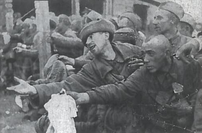 Badaujantys rusų beleisviai maldauja duonos. Milijonai sovietų karių jau pirmaisiais karo mėnesiais pateko į vokiečių nelaisvą. Didžiuma jų mirė iš bado ir dėl nepakeliamų sąlygų