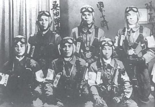 Kamikadzės. Nuotrauka istorijai. JAV laivynas ir aviacija visapusiškai pranoko priešo pajėgas. Tokiomis aplinkybėmis japonų karo vadams reikėjo išspręsti sunkų uždavinį: sustabdyti geriau ginkluotus ir pranašesnius priešus. Sprendimą pasiūlė pats gyvenimas: karo metais lakūnai, neturėdami išeities, pašautus, degančius lėktuvus kartais pasukdavo į priešus ir taip pridarydavo didelių nuostolių. Japonai šią išimtiną patirtį nusprendė paversti kariavimo būdu. Jo logika labai paprasta: iš anksto apsisprendęs paaukoti gyvybę karys savižudis bombų prikrautu lėktuvu, specialia raketa, kateriu, torpeda ar paprasčiausiai apsirišęs sprogmenimis atakuoja priešininką ir, neišvengiamai žūdamas, jam pridaro daug nuostolių Pirmieji kamikadzės bombų prikrautais lėktuvais atakavo amerikiečių laivus 1944 m. rudeni Per tris pirmuosius 1945 m. mėnesius jie paskandino 24 ir rimtai apgadino 164 laivus. Daug amerikiečių žuvo. Kelių savižudžių auka davė stulbinamą efektą. Atrodė, kad surastas amerikiečių sustabdymo būdas. Japonijos karinė pramonė pradėjo masiškai gaminti kamikadzėms skirtus katerius, torpedas, iš lėktuvų paleidžiamas specialias pilotuojamas raketas. Bet tai nepakeitė karo eigos. Amerikiečiai po pirmų skaudžių pamokų labai sustiprino laivų gynybų. Radarams užfiksavus net pavienius lėktuvus, į orą pakildavo naikintuvų eskadrilės. Į prasibrovusi lėktuvą ar raketą būdavo nukreipiama pragariška ugnis. Raketos, torpedos, lėktuvai sprogdavo nepasiekę taikinio. Iki karo pabaigos žuvo apie 2 500 kamikadzių. Jų aukos rezultatas, paskandinta apie 40, apgadinta 400 laivų žuvo beveik 5 000 JAV karių. Bet joks didvyriškumas ir atsidavėlių aukos negalėjo išgelbėti Japonijos, kuri stojo į kovą su kariškai ir ekonomiškai galingiausiomis valstybėmis.