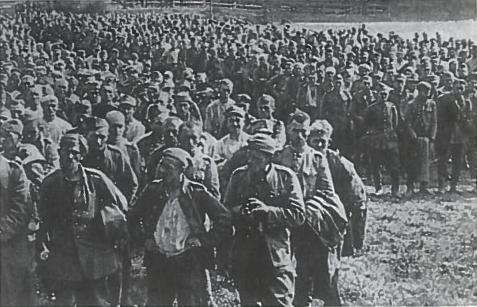 Pirmieji karo belaisviai. Lenkija. 1939 m. spalio mėn. SSRS ir Vokietija pasirašė susitarimą dėl pasikeitimo lenkti kariais, patekusiais i nelaisvę, atsižvelgiant į tai, iš kur jie yra kilę. Vokiečiai perdavė apie 14 tūkst. karių o SSRS vokiečiams - apie 42 tūkst lenkų belaisvių 1940 m. pavasari didžiumą Lenkijos armijos karininkų ir dalį kitų belaisvių buvusių Sovietų Sąjungoje, iš viso apie 15 tūkst. vyrų enkavedistai sušaudė Katynėje (prie Smolensko), Charkovo ir Kalinino (Tverės) apylinkėse. Sušaudytų karininkų buvo daugiau nei žuvusių karo veiksmų metu