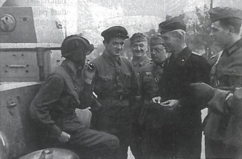 Rusų ir vokiečių karių susitikimas prie demarkacinės linijos sutriuškinus Lenkijos kariuomenę. 1939 m. rugsėjo mėn.