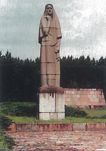 """Pirčiupiu """"Motina """", paminklas nacių sudeginto kaimo gyventojų kančiai atminti (skulptorius G. Jokūbonis)"""