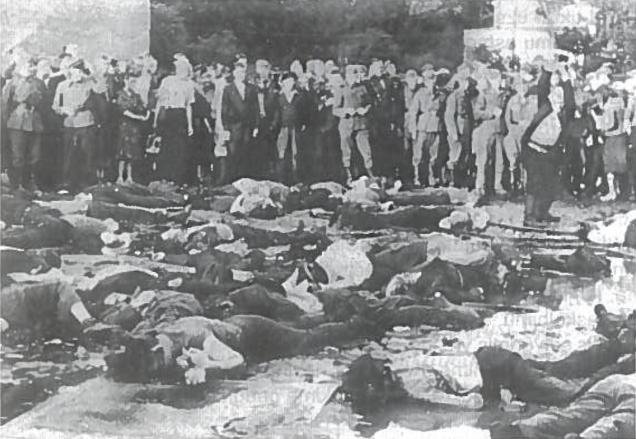 Pirmosios karo dienos Kaune. Žydų žudynės Lietūkio garaže. 1941 06 27. Stebint miniai ir fotografuojant vokiečių kareiviams buvo užmušta kelios dešimtys žydų