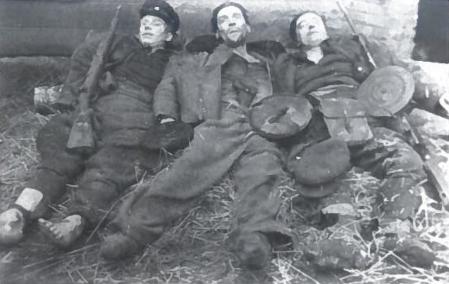 1949 12 28 Telšių apskrityje Nevarėnuose žuvę partizanai. Iš kairės - Pranas Kačinskas-Ūkvedys (g. 1927 m.), Urachas Šliteris, Jeronimas Kačinskas (g. 1921 m.)