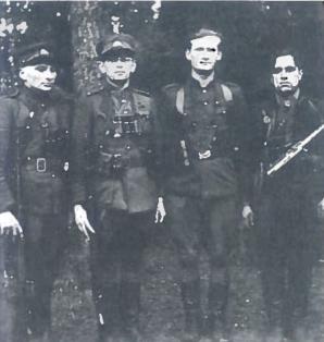 Antras iš kairės - A. Ramanauskas-Vanagas,- trečias L. Baliukevičius-Dzūkas. 1948 m