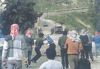 Izraelio kasdienybė - palestiniečių jaunimas akmenimis apmėto Izraelio kareivius