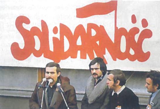 """Pirmasis komunistinėse šalyse profsąjungų judėjimas """"Solidarumas"""" kovai už demokratiją suvienijo milijonus lenkų. Lenkų kova sustiprino ir kitų Rytų Europos tautų tikėjimą galimybe išsikovoti demokratines laisves. Pirmas iš kairės """" Solidarumo"""" vadovas buvęs elektrikas, o vėliau prezidentas Lechas Valensa"""