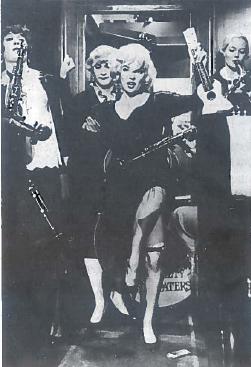 """XX a. populiariausiu ir lengviausiai žmonėms prieinamu menu tampa kinas. Pasaulio kino ekranuose įsivyrauja Holivudo kino produkcija. Holivude gimsta ir kino žvaigždžių kultas. Ryškiausia 6-ojo dešimtmečio kino žvaigždė Merilina Monro (tikroji pavardė Norma Beiker), tapusi epochos simboliu. Kadras iš kino filmo """"Kai kurie mėgsta karštai"""""""" (rež. Bilis Vailderis). Sovietų Sąjungoje šis kino filmas buvo vadinamas """"Džiaze tik merginos"""""""