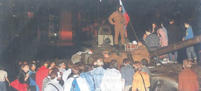 Tūkstančiai žmonių susirinko palaikyti vyriausybės ir protestuoti prieš perversmininkų kėslus. 1991 m. rugpjūtis. Maskva, aikštė prieš 'Baltuosius rūmus'.