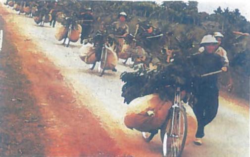 Vietkongo karių žygis Ho Ši Mino laku 1966 m. Taip buvo aprūpinama partizanų armija nugalėjusi amerikiečius