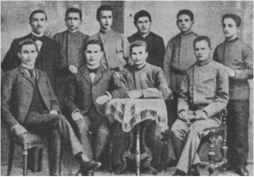 1896 m. iš Jelgavos gimnazijos pavarytųjų mokinių grupė. (Iš kairės antrasis sėdi VIII klasės mokinys, pirmasis ir dabartinis Valstybės Prezidentas A. Smetona).